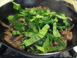Thịt bò xào lá lốt chữa đau nhức xương khớp