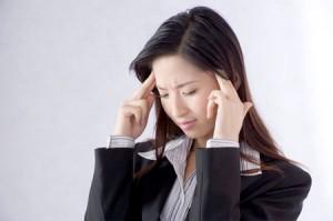 Phụ nữ bị đau đầu do mặc áo ngực chặt