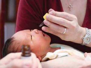 Lưu ý sử dụng thuốc nhỏ mắt nhỏ mũi cho trẻ