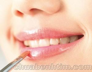 Phụ nữ dễ mắc bệnh tim, vô sinh do sử dụng son môi